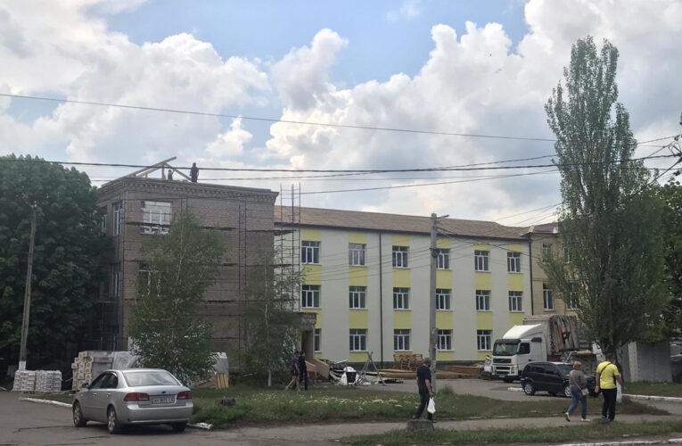В Мирнограде идет работа по термомодернизации здания поликлиники