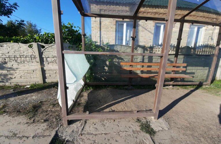 В Бахмуте от рук вандалов пострадала еще одна остановка